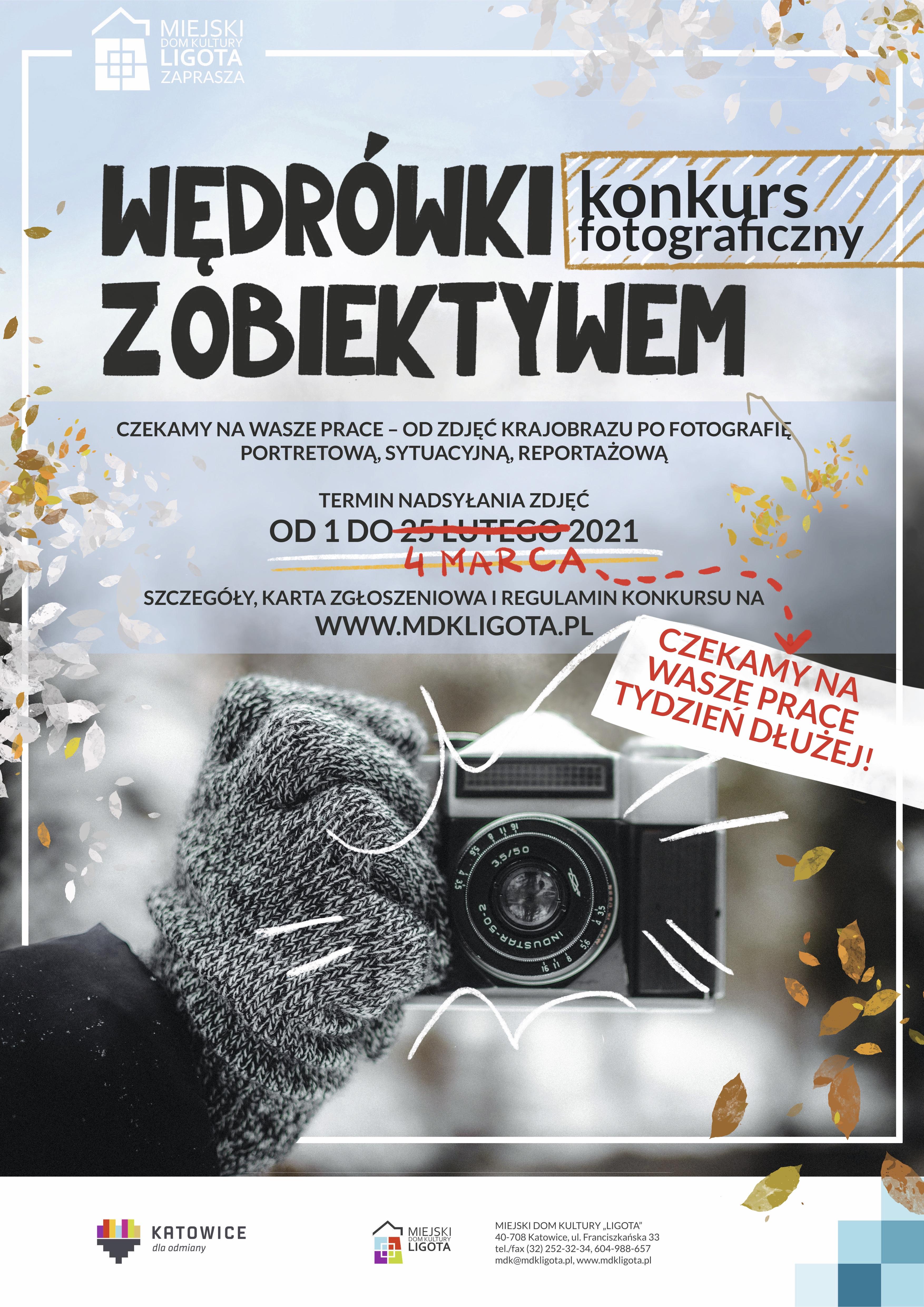 Plakat konkursu fotograficznego Wędrówki z obiektywem. Termin nadsyłania prac przedłużony do 4 marca. Ręka w rękawiczce trzymająca aparat fotograficzny, w tle zimowy krajobraz.